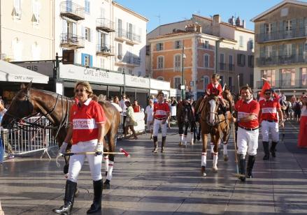 Parade de l'International Polo Cup Saint-Tropez sur le vieux port