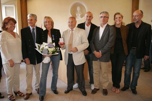Image 1 - Isabelle Demongeot reçoit la médaille de la ville