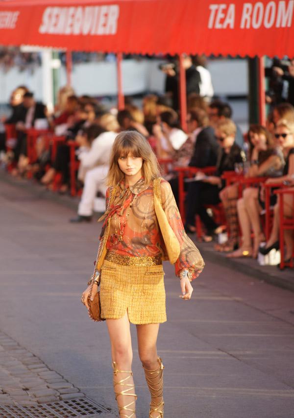 Image 1 - Défilé Chanel : Karl Lagerfeld enchante les quais du vieux port