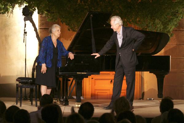 Image 1 - Nuits du Château de la Moutte : Madeleine Malraux honorée par le maire