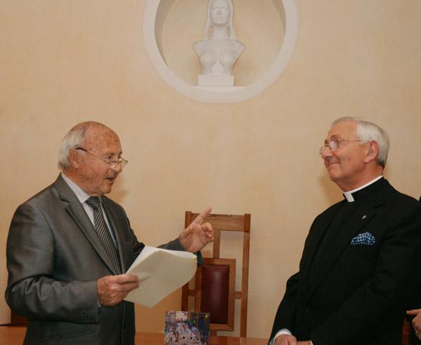 Image 1 - La municipalité honore Monseigneur Hayes