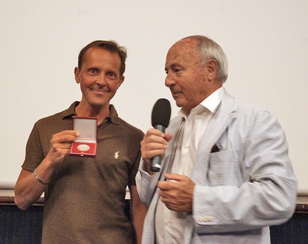 Patrick Michel reçoit la médaille de la ville