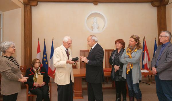 Paul Vermiglio reçoit de Jean-Pierre Tuveri, Maire de Saint-Tropez, la parure de stylos, cadeau de la ville.