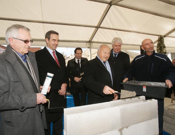 Jean-Pierre Tuveri, maire de Saint-Tropez, et Guy Nafilyan, pdg de Kaufman and Broad, ont symboliquement posé la première pierre des 125 nouveaux logements