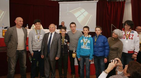 L'équipe de l'USH hand de moins de 14 ans, championne du Var 2012, récompensée par le maire et Mme Serdjenian, adjointe à la communication.