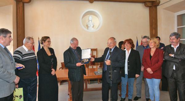 Les élus et les bénévoles remercient André Bey de son engagement pour le don du sang.