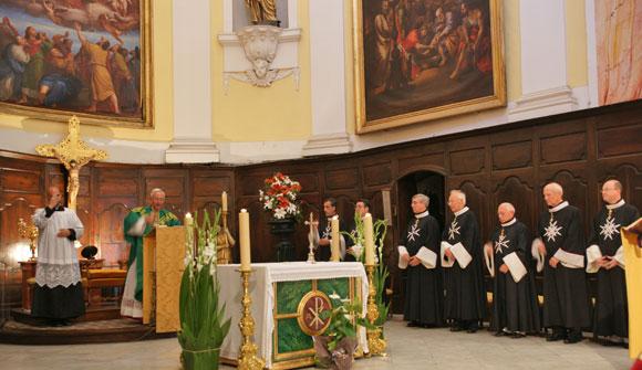La messe célébrée par Mgr Hayes en présence des Chevaliers de Malte en habit de chœur