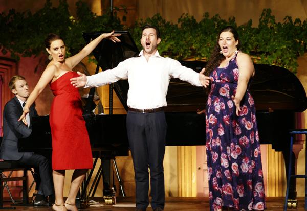 Marie Kalinine, mezzo-soprano, et Lea Trommenschlager, soprano, entourent le baryton Damien Pass