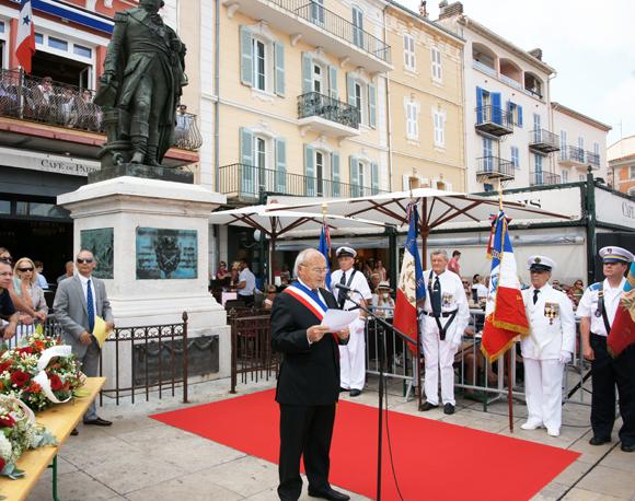 Allocution du maire Jean-Pierre Tuveri au pied de la statue du Bailli de Suffren.
