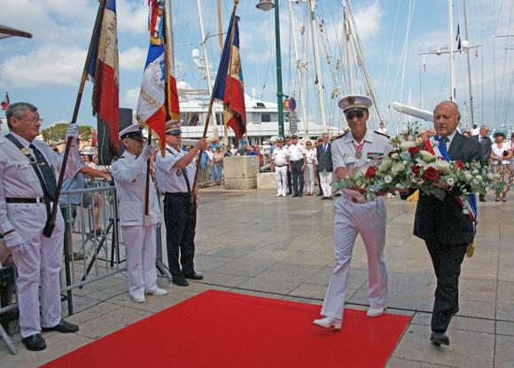 Dépôt de gerbe par le capitaine de vaisseau Coppin et le maire de Saint-Tropez.