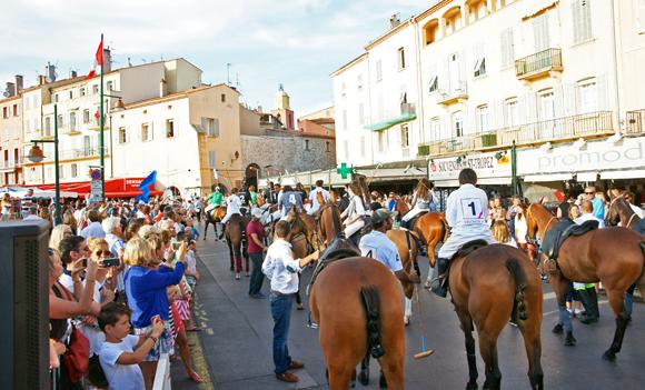 Image 2 - Le polo défile en ville