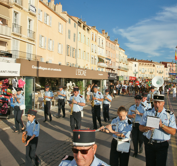 Image 3 - Le polo défile en ville