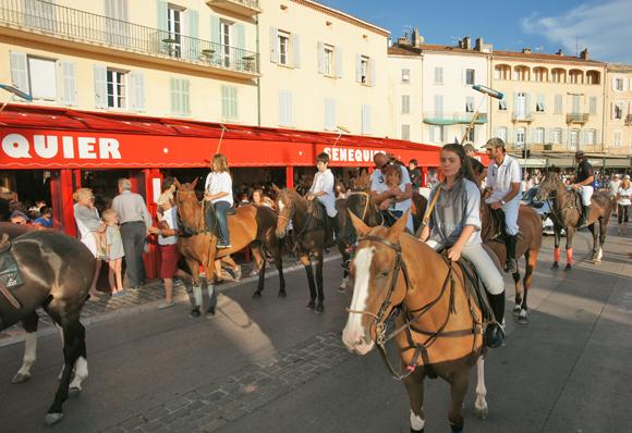 Image 4 - Le polo défile en ville