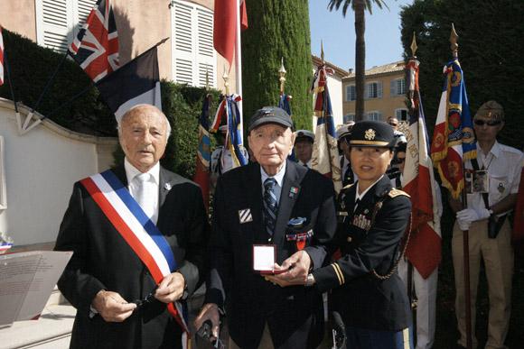 Le maire Jean-Pierre Tuveri a remis la médaille d'or de la ville à Michaël Halik, soldat de la 3e division d'infanterie US qui a sauté sur une mine en débarquant sur la plage de Pampelonne le 15 août 1944.