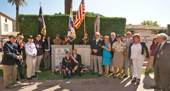 Les vétérans américains posent avec les élus tropéziens devant la plaque, inaugurée en 2009, rendant hommage aux soldats de la 3e Division d'Infanterie US qui ont libéré Saint-Tropez.