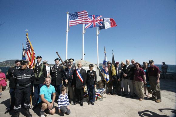Hommage aux péris en mer, en particulier les 16 parachutistes américains qui se sont noyés dans les eaux du golfe le 15 août 1944, devant la stèle des Marines alliées.