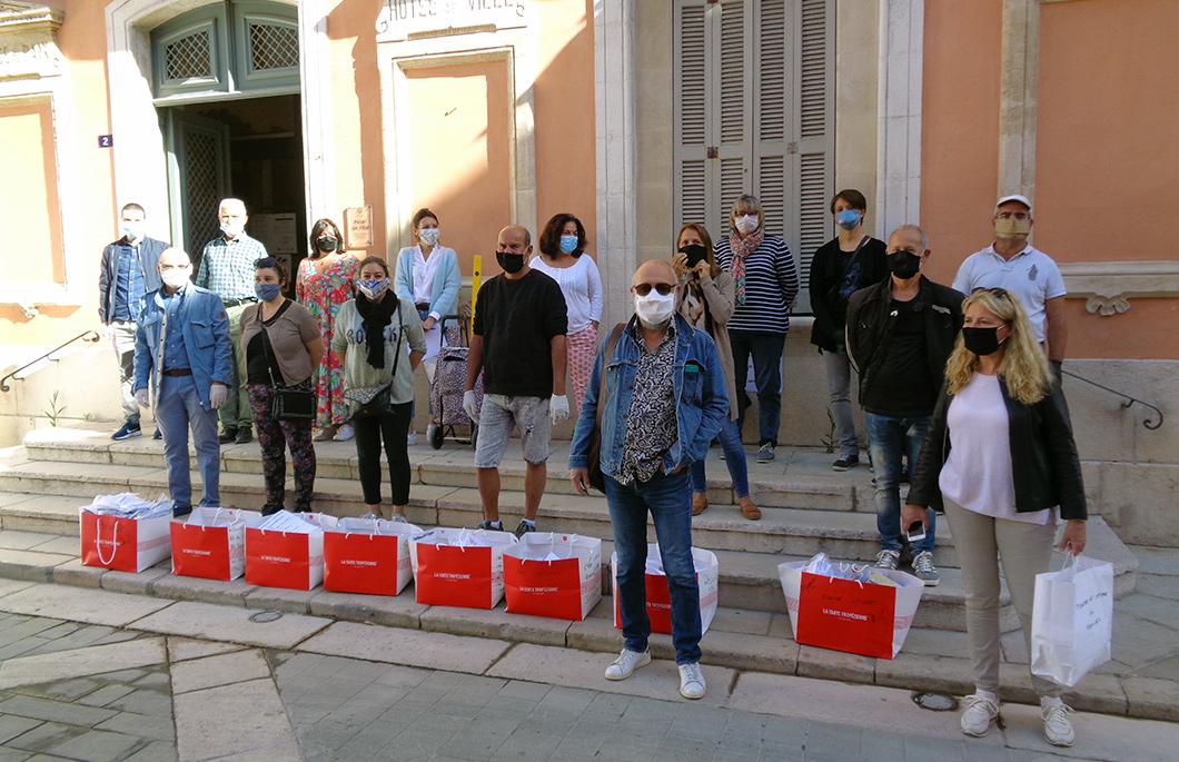 Elus prêts pour la distribution des masques devant la mairie