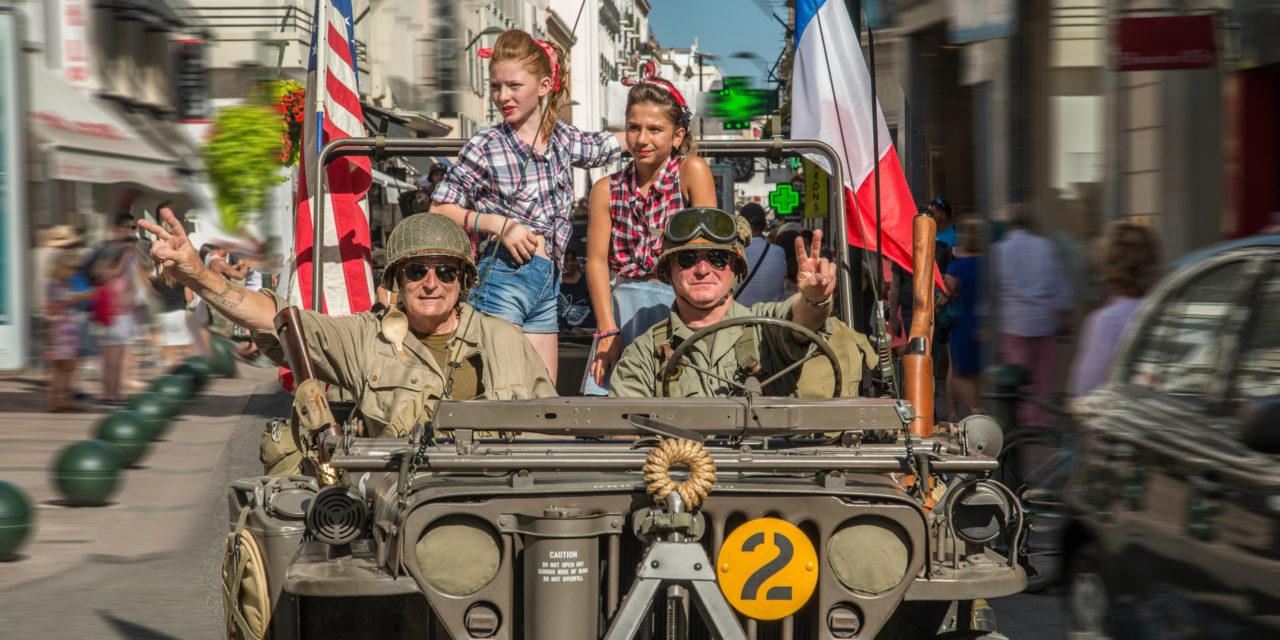 Défilé de véhicules militaires de la Seconde guerre mondiale