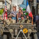 (Français) Défilé de véhicules militaires de la Seconde guerre mondiale